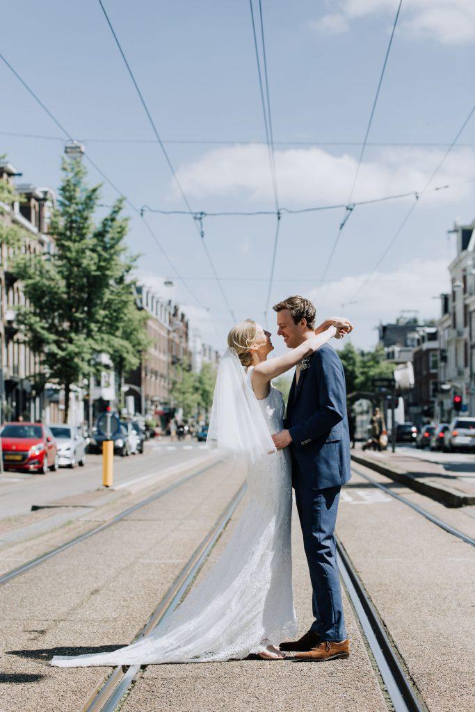 bruidspaar op trambaan Amsterdam