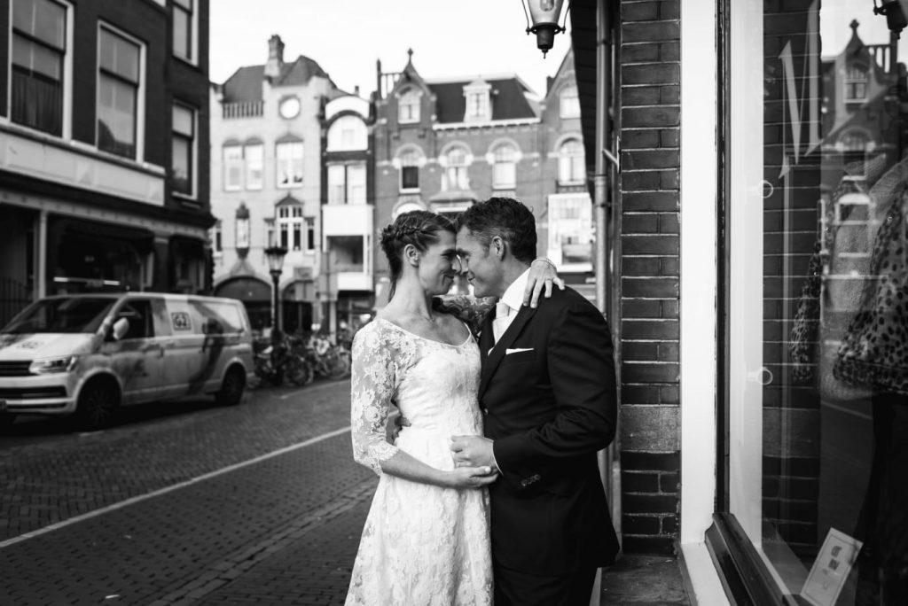 Bruid in kanten trouwjurk op straat met bruid