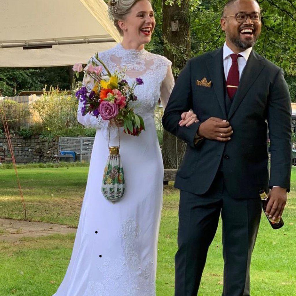 Bruid in vintage trouwjurk met antieke buidel